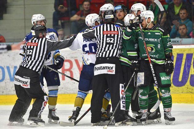 V baráži se jiskřilo. Potyčka před koncem první třetiny mezi hokejisty Karlových Varů a Kladna.