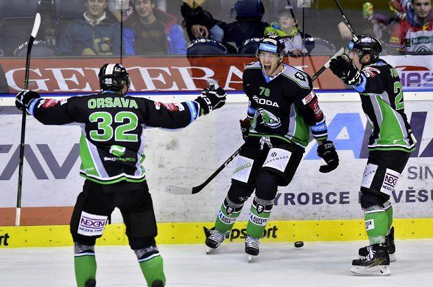 Mladoboleslavští hokejisté se radují z vítězné branky proti Pardubicím. Jejím autorem byl Lukáš Žejdl (uprostřed).
