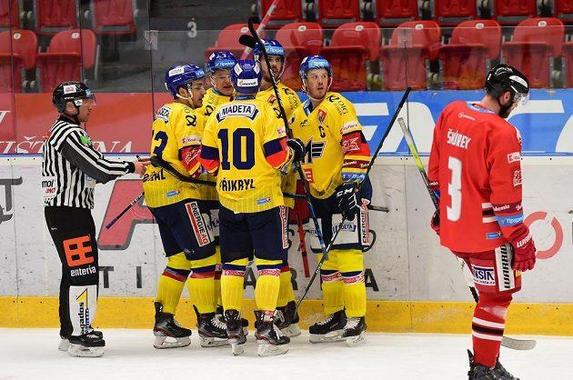Hokejisté Českých Budějovic se radují z gólu, třetí zleva je jeho autor Miroslav Forman.