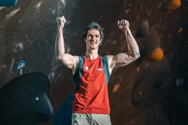 Adam Ondra oslavuje triumf v závodu Světového poháru ve švýcarském Meiringenu.