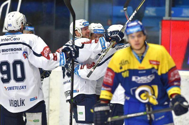 Hokejisté Plzně se radují z gólu v utkání se Zlínem.