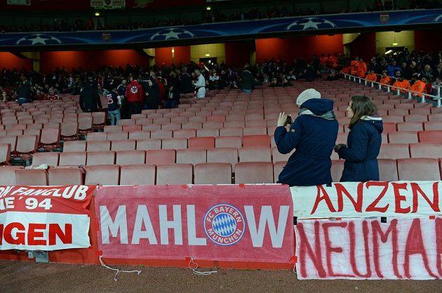 Protest fandů Bayernu proti cenám lístků na utkání na hřišti Arsenalu. Na začátku opustili svůj sektor.