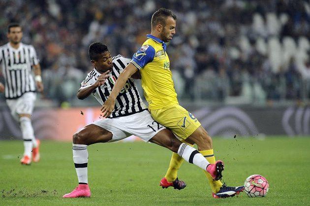 Alex Sandro (vlevo) z Juventusu v souboji s Riccardem Meggiorinim z Chieva.