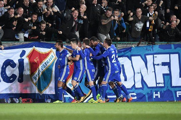 Milan Baroš (vpředu) slaví se spoluhráči z Baníku a fanoušky gól proti Bohemians.