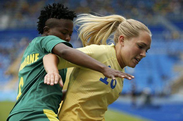 Mamello Makhabaneová (vlevo) z JAR v souboji s Elin Rubenssonovou ze Švédska.