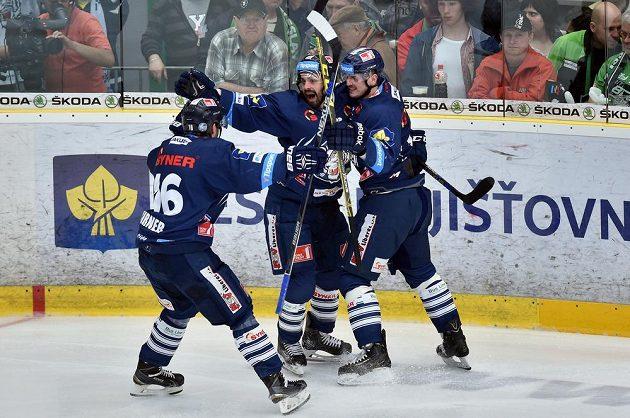 Liberečtí hokejisté Lukáš Derner (vpravo), Michal Řepík (uprostřed) a Michal Birner se radují z gólu v Mladé Boleslavi.
