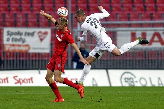 Zleva Michal Škoda z Brna a Jan Baránek z Plzně bojují o míč.