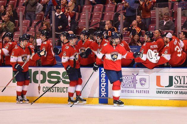 Radost hokejistů Floridy v utkání NHL proti Ottawě. Se spoluhráči slaví gól český útočník Jaromír Jágr.
