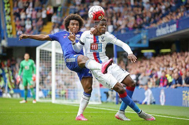Záložník Chelsea Willian (vlevo) v souboji s Wilfriedem Zahou z Crystal Palace.