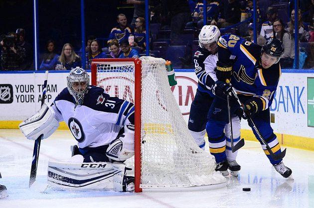Český gólman Ondřej Pavelec v brance Winnipegu v utkání NHL proti St. Louis Blues.