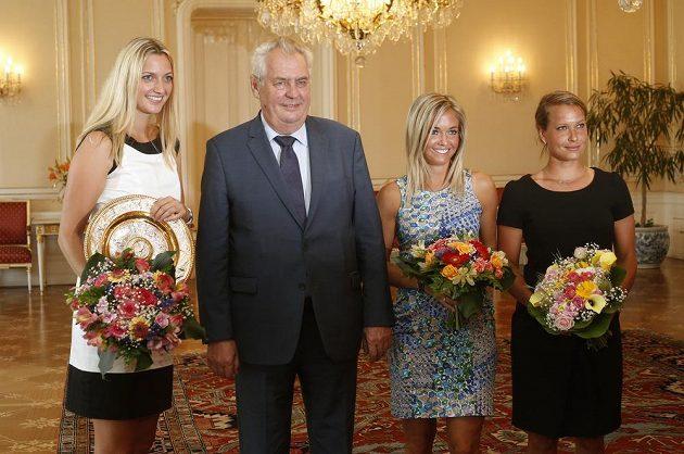 Zleva Petra Kvitová s trofejí za triumf ve Wimblednou, prezident Miloš Zeman, Klára Koukalová a Barbora Záhlavová-Strýcová.