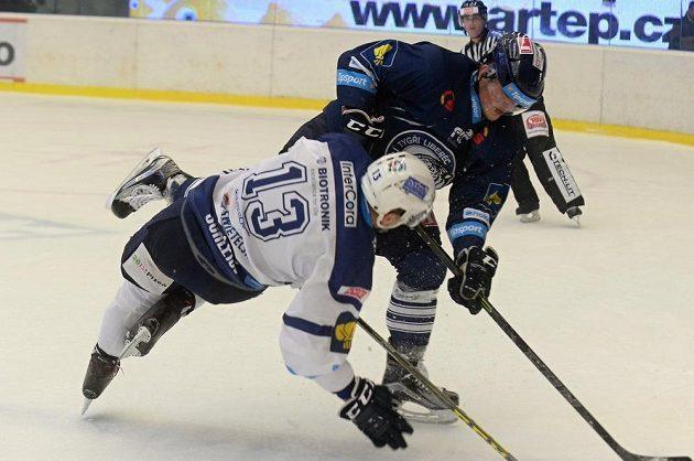 Liberecký obránce Radim Šimek v souboji s plzeňským útočníkem Janem Schleissem (vlevo) v zápase 29. kola hokejové Tipsport extraligy.