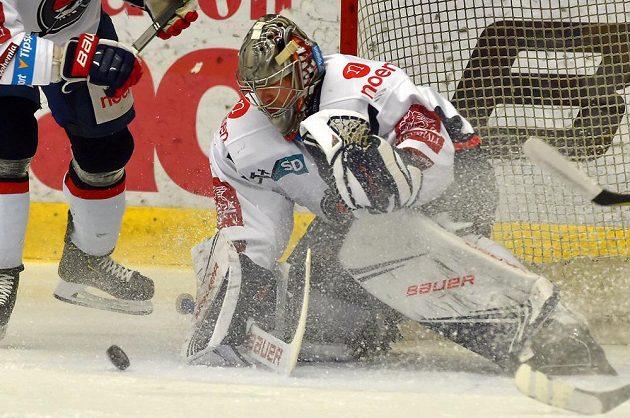 Brankář hokejového Chomutova Justin Peters.