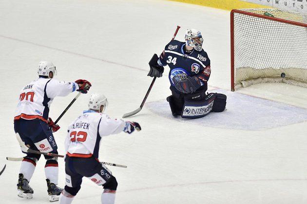 Brankář hokejové Plzně Dominik Frodl inkasuje gól z hole chomutovského Bohumila Janka.