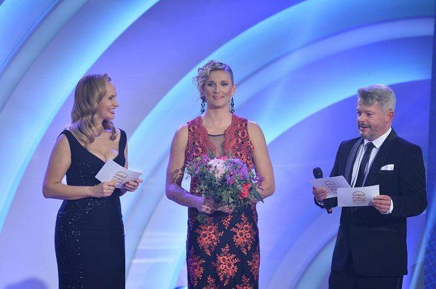 Atletkou roku 2016 se stala poosmé oštěpařka Barbora Špotáková. Vlevo na snímku moderátorka večera Monika Absolonová a vpravo moderátor Aleš Háma.