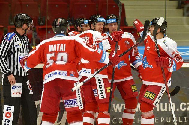 Olomoučtí hokejisté oslavují trefu Františka Skladaného (třetí zleva) v utkání proti Karlovým Varům.
