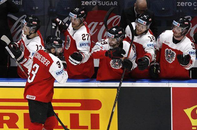 Rakouský hokejista Peter Schneider slaví poté, co vstřelil gól na mistrovství světa.