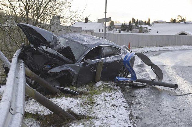 Vůz Audi po havárii lyžaře Pettera Northuga.
