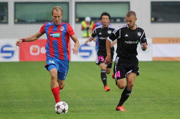 Plzeňský záložník Daniel Kolář (vlevo) uniká obránci Kalju Kallastemu v úvodním utkání třetího předkola Ligy mistrů.