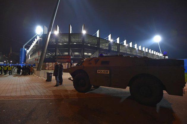 Před stadionem byl přistaven policejní obrněný vůz.