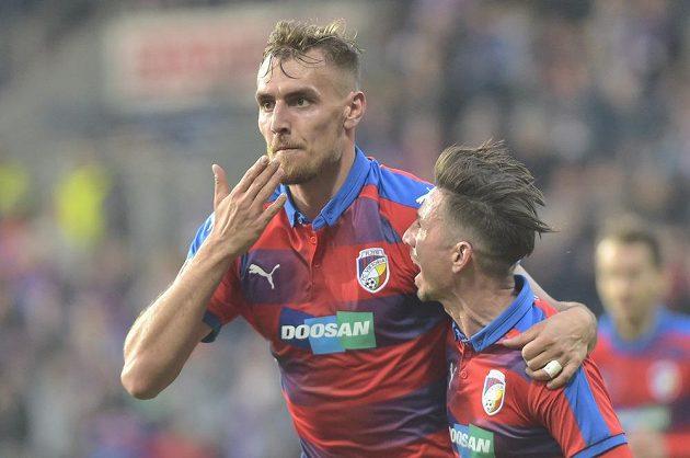 Tomáš Chorý z Plzně se raduje z třetího gólu s Milanem Petrželou (vpravo).