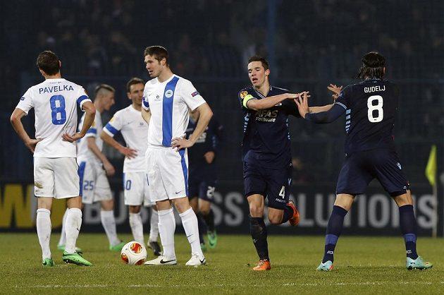 Nick Viergever (druhý zprava) a Nemanja Gudelj se radují z gólu proti Liberci.