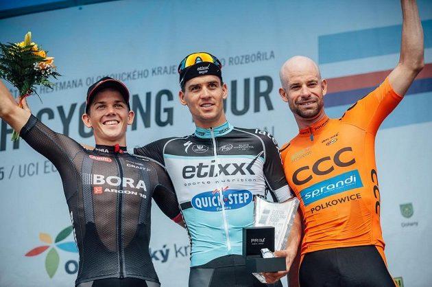 Nejlepší trio poslední čtvrté etapy Czech Cycling Tour. Uprostřed vítězný Zdeněk Štybar, vlevo Gregor Mühlberger, vpravo Stefan Schumacher.