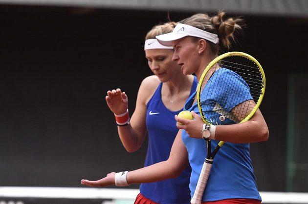 Lucie Šafářová (vlevo), jež se loučí s kariérou, a Barbora Krejčíková nastoupily proti Kanaďankám Gabriele Dabrowské a Sharon Fichmanové.