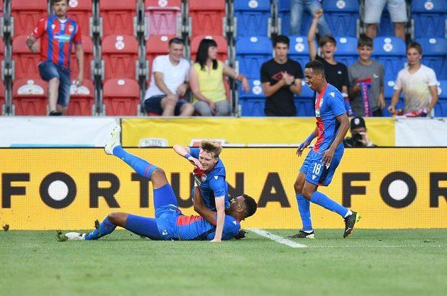 Radost plzeňských fotbalistů v utkání 2. předkola Evropské konferenční ligy proti Dynamu Brest.