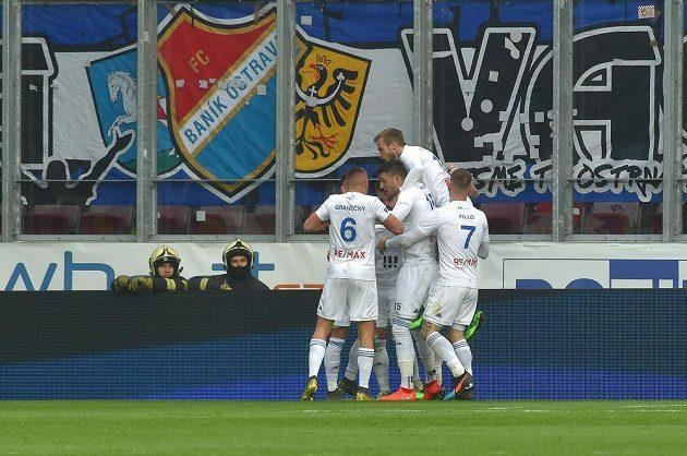 Ostravští hráči se radují z gólu v Plzni.