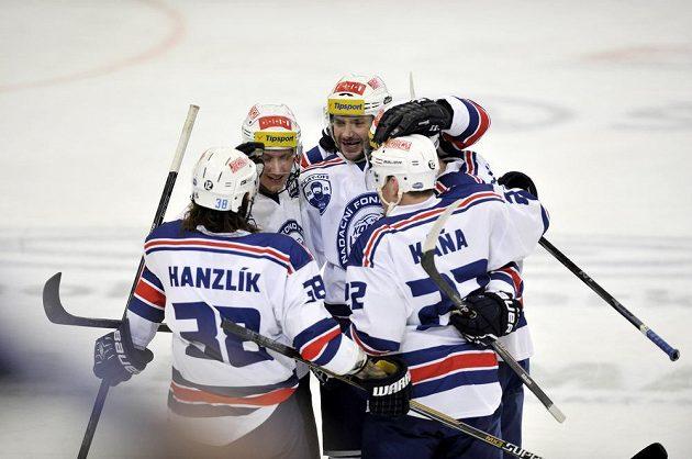 Brněnští hokejisté Jan Hanzlík, Lukáš Vágner, Leoš Čermák, Petr Mrázek a Jan Káňa se radují z gólu proti Zlínu.