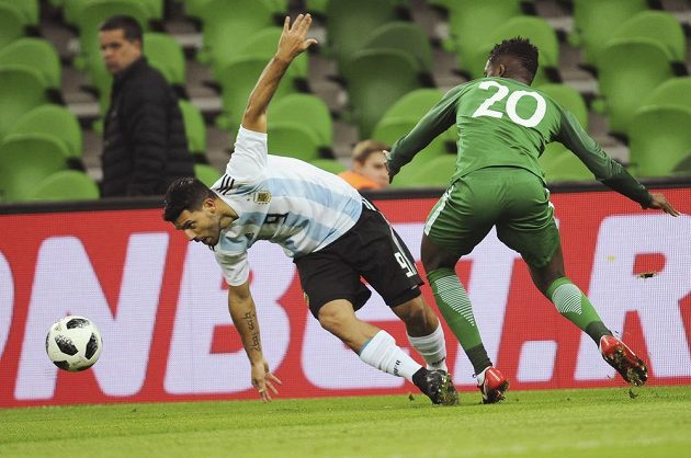 Argentinec Sergio Agüero (vlevo) a Chidozie Awaziem z Nigérie.