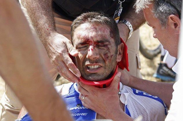 Francouzský cyklista William Bonnet v péči lékařů krátce po pádu ve 3. etapě Tour de France.