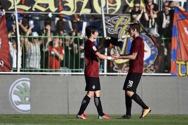 Po vítězném utkání se radují hráči Sparty zleva Tomáš Rosický a Ondřej Zahustel