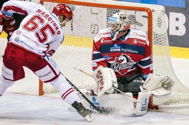 Třinecký útočník Tomáš Marcinko se snaží překonat Milana Kloučka v brance Pardubic.