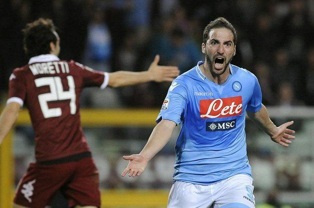 Útočník Gonzálo Higuaín zajistil Neapoli těsnou výhru na hřišti FC Turín.