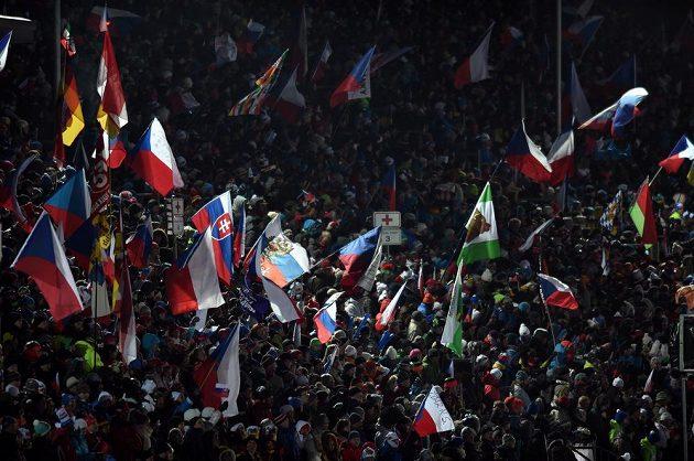 Fanoušci během závodu smíšených štafet v rámci SP v biatlonu ve Vysočina areně v Novém Městě na Moravě.