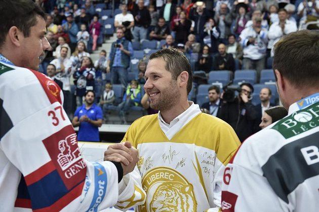 Bílí Tygři se před zápasem oficiálně rozloučili s brankářskou oporou posledních let Jánem Lašákem (uprostřed). Ten si potřásá rukou s pardubickým Petrem Sýkorou.