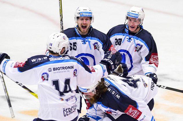 Střelec gólu Ryan Hollweg (dole vpravo) z Plzně se raduje se spoluhráči.