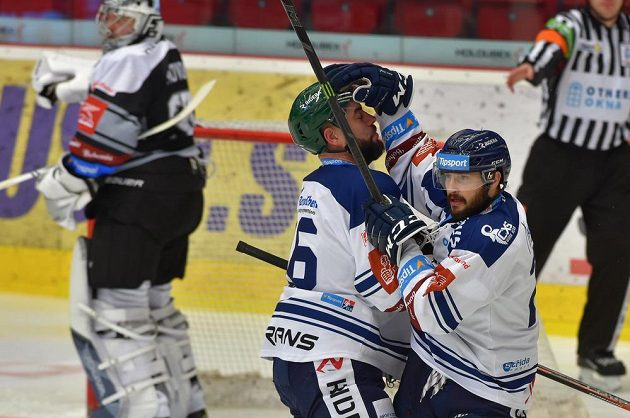 Hokejisté Vítkovic oslavují první gól.
