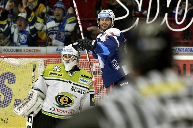 Obránce Plzně Michal Moravčík se raduje z gólu. V karlovarské brance je Tomáš Závorka.