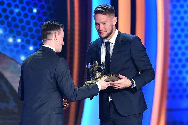 Tomáš Vaclík přebírá cenu za vítězství v anketě Fotbalista roku