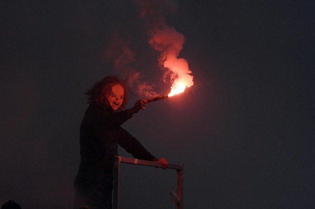 Fanoušek se světlicí během utkání Slavie se Spartou