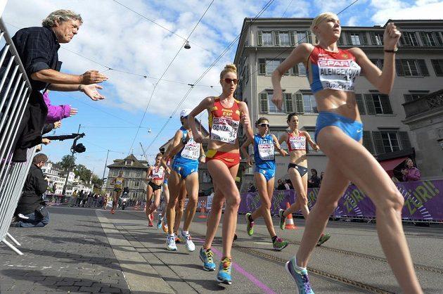 Elmira Alembekovová z Ruska (vpředu), vpravo česká reprezentantka Anežka Drahotová na chodecké trati v Curychu.