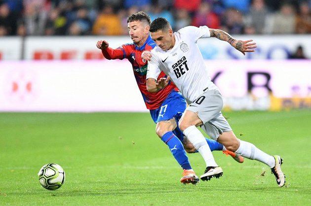 Sparťanský fotbalista Nicolae Stanciu se snaží prosadit přes plzeňského Milana Petrželu v utkání 10. kola Fortuna ligy.