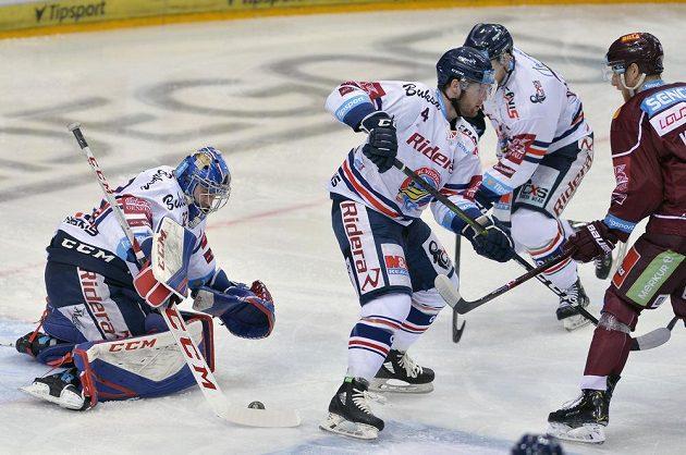 Zprava Lukáš Pech ze Sparty, Petr Šidlík z Vítkovic a brankář Vítkovic Patrik Bartošák.