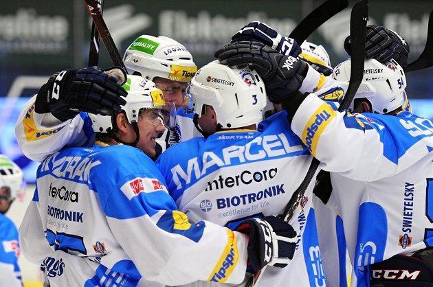 Hokejisté Plzně oslavují vstřelený gól v duelu se Zlínem.