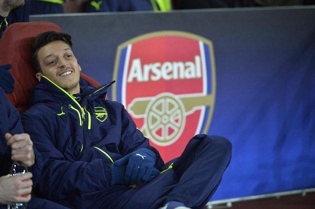 Fotbalista Arsenalu Mesut Özil byl na lavičce náhradníků vysmátý, bez ohledu na výsledek odvetného osmifinále Ligy mistrů proti Bayernu.