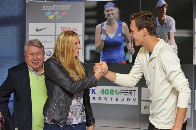 Petra Kvitová a Tomáš Berdych na páteční tiskové konferenci. Vlevo majitel společnosti Česká sportovní Miroslav Černošek.