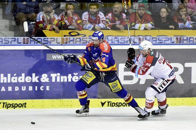 Jakub Babka z Českých Budějovic se snaží uniknout Ctiradu Ovčačíkovi z pardubic během utkání 1. kola baráže o hokejovou extraligu.